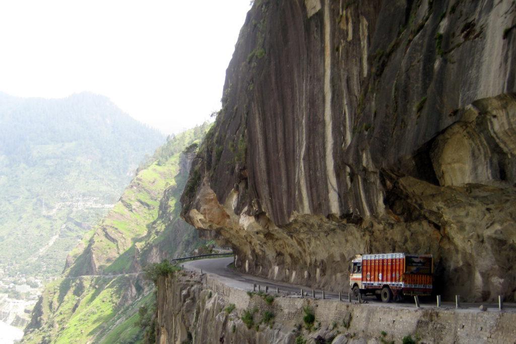Wer von Shimla nach Norden fährt, sollte nicht unter Höhenangst leiden: Einige der Straßen führen an tausend Meter tiefen Abgründen entlang. Am Besten ruhig bleiben und sich auf die Schönheit der entlegenen Landschaft konzentrieren – auch beten soll schon geholfen haben.