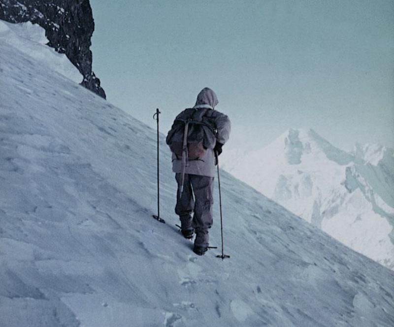 Schicksalsberg: Hermann Buhl blickt von der Schulter des Broad peak zur Chogolisa. © K. Diemberger