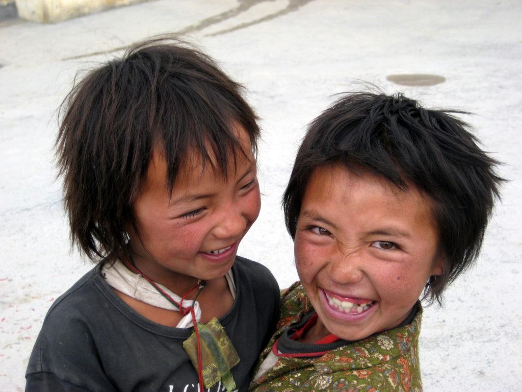 Diese beiden entzückenden Geschöpfe sind die Enkeltöchter eines Gompa-Instandhalters im Bergdörfchen Kibber, weit oberhalb von Spiti. Der erste Tutor des Dalai Lama stammte von hier. Das Stoff-Täschchen, das die Kleine links um den Hals trägt, umhüllt ein gefaltetes Mandala (kosmisches Schutzdiagramm).