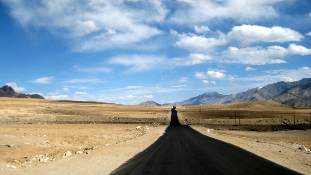 Die Straße von Leh nach Alchi. Die Weite der Berglandschaft Ladakhs kommt dem On The Road-Gefühl sehr entgegen. Es mag an der dünnen Luft liegen, aber sich frei wie der Wind zu fühlen, ist hier ganz leicht – sofern Reisekasse und Verdauungssituation es gestatten.