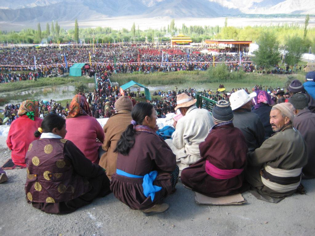 Einmal pro Jahr kommt der Dalai Lama nach Ladakh, einst die westlichste Provinz Tibets. Zu diesem Anlass pilgern an die 40.000 Mönche, Nonnen, Ladakhi-Bauern, indische Buddhisten und westliche Reisende in das tibetische Flüchtlingslager in Choglamsar bei Leh.