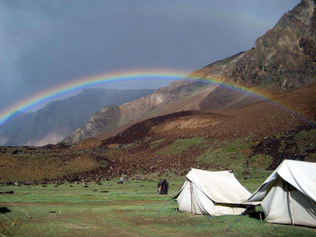 Das schwarze kleinen Zelt direkt unterm Regenbogen würde man Wilden Westen als Outhouse bezeichnen. Was darin aber für finstere Geschäfte verrichtet wurden, brachten wir nicht in Erfahrung, denn wir hatten unser eigenes Klo im (weißen) Zelt.