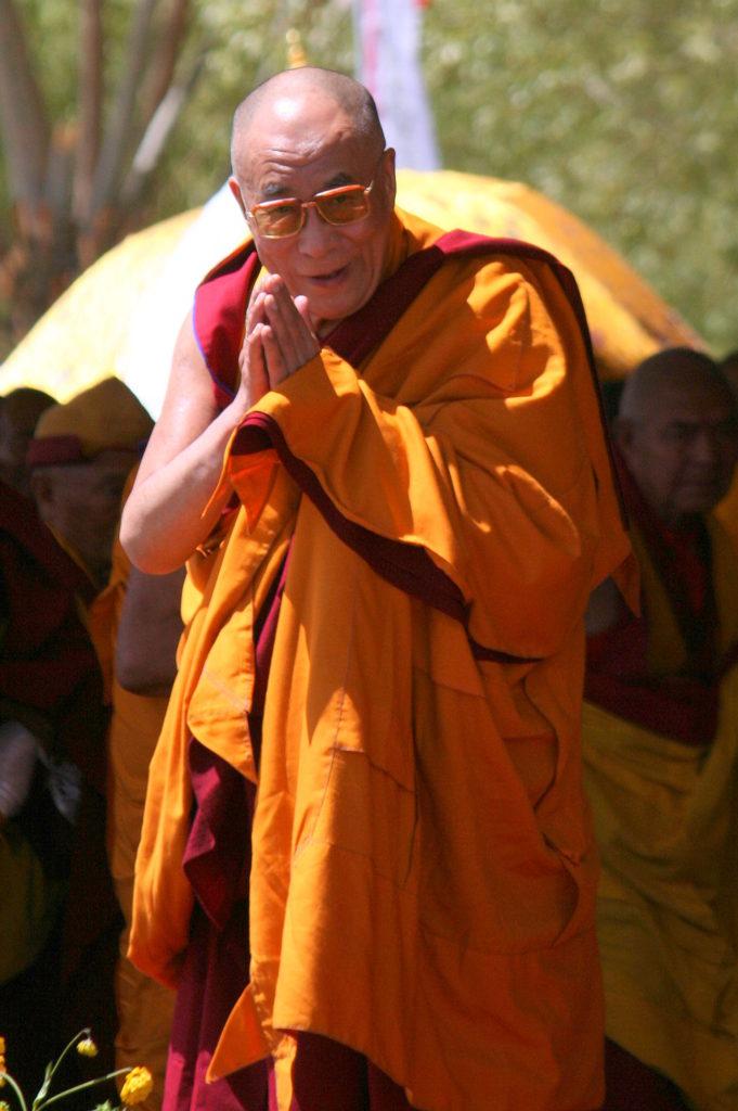 Seine Heiligkeit, der Dalai Lama – sichtlich in die Jahre gekommen, aber stets bereit, in allen Lebenssituationen das Humorvolle zu finden. Vier Tage lang sprach er von 9:00 bis 13:00 Uhr auf Ladakhi über den Weg des Buddha Avalokiteshvara (in Tibet Chenresi genannt), den Buddha der Barmherzigkeit, dessen Inkarnation er selbst ist.