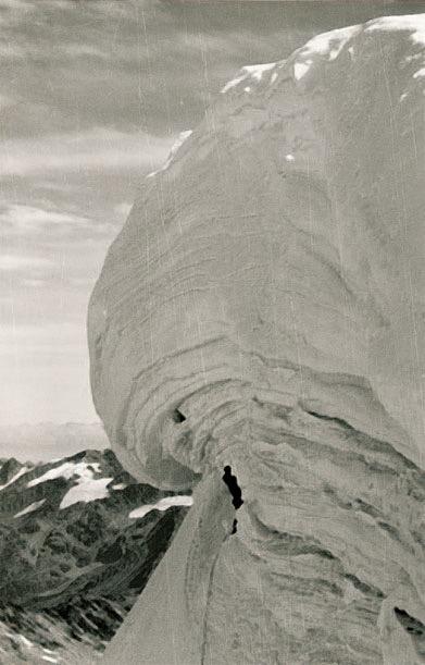 Süsses zur Nachspeise: Die Schaumrolle über der 700m hohen Königswand. Diemberger traf hier auf die Seilschaft Knapp/Unterweger mit der er sich später bezüglich der Darstellung der Erstdurchsteigung überwarf. Der Stein des Anstosses, die Schaumrolle, die zum Zeitpunkt des Geschehens als größte Gipfelwechte der Alpen galt, brach im Sommer 2001 ab.