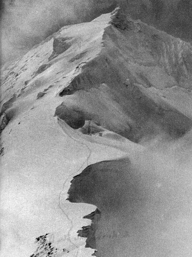 Zwei Spuren im Schnee. Eine führt zurück ins Leben. Die andere ins Nichts. © K. Diemberger