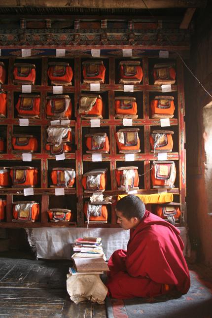 Mönch in der Bibliothek des Klosters Thiksey / Ladakh.