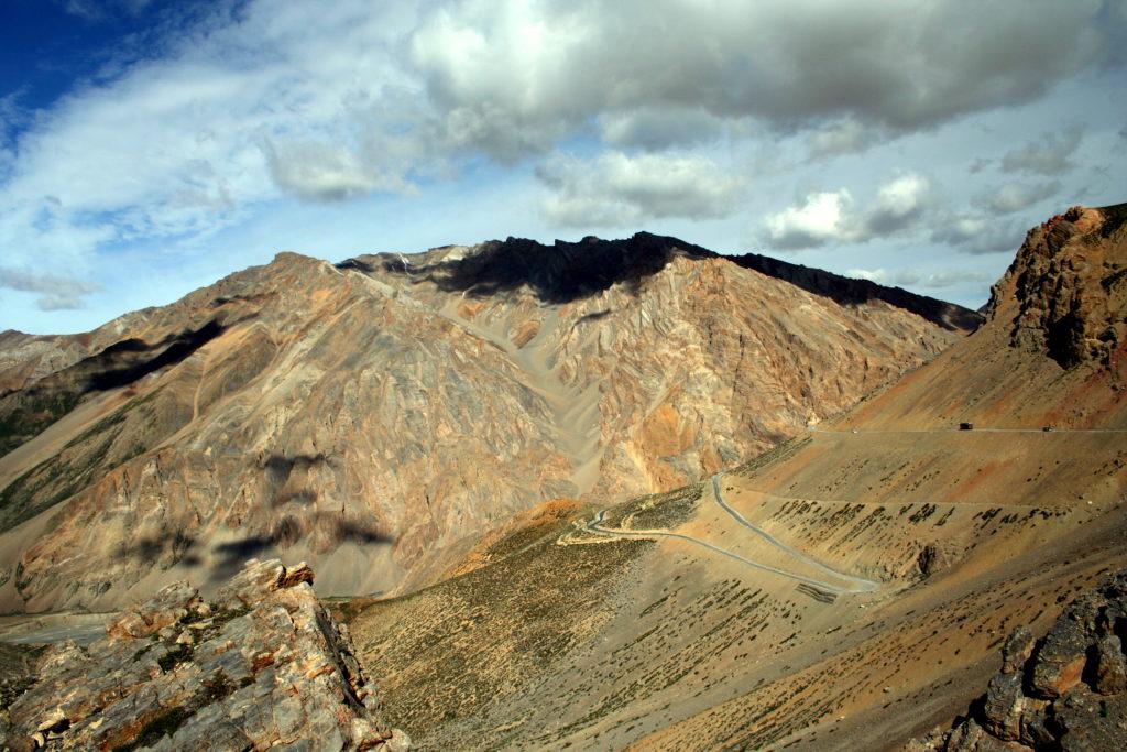"""An der südlichen Grenze Ladakhs. Der Metallgehalt des Gesteins setzt bei der Oxydation Farbkombinationen frei, die von beige über violett bis schwarz reichen. Darüber das klare Tiefblau des Himmels am """"Vordach der Welt""""."""