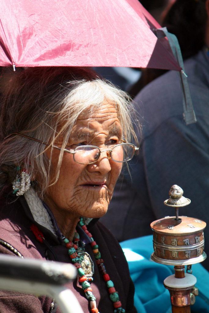 In Himachal Pradesh begegneten wir einer alten Pilgerin, die in Begleitung eines Mönches und einer Nonne die mühselige Reise zum Ladakh-Besuch des Dalai Lama machte. Diese alte Frau mit Gebetstrommel bei der Lesung des Dalai Lama in Choglamsar mag eine ähnliche Odyssee hinter sich gebracht haben.